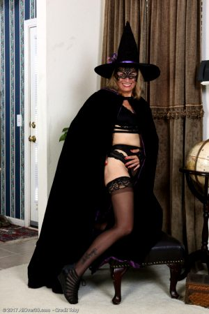 Come on son, its halloween we dont have to be ourselves… come play bad witch with me! Mom hallween costume. Mom cosplay. Halloween mom.