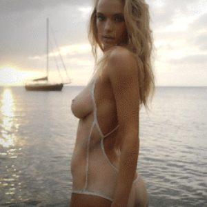 La modella sexy Hannah Ferguson in costume da bagno trasparente in mare